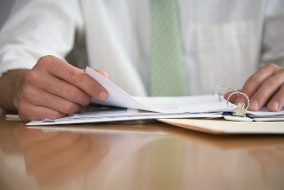 Научный руководитель перечитывает рекомендательное письмо